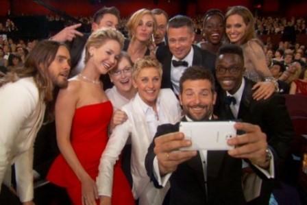 ellen twiter pozu kamera arkasi 2 448x299 - Ellen DeGeneres'ın Twitter Rekoru