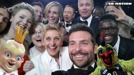 ellen ve selfie pozu 448x252 - Ellen DeGeneres'ın Twitter Rekoru